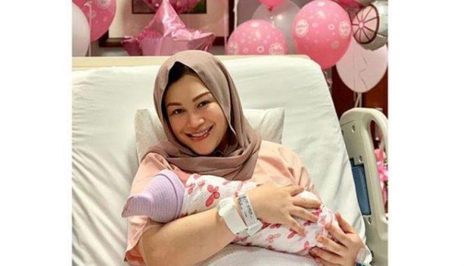 Selepas lahirkan kembar lelaki, Zizie Ezette timang bayi perempuan pula_5c790f1b2acdb.jpeg